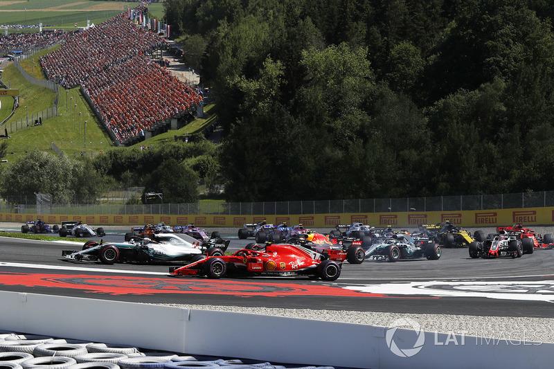 Lewis Hamilton, Mercedes-AMG F1 e Kimi Raikkonen, Ferrari SF71H, lottano al primo giro
