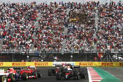 Alexander Rossi, Manor Marussia MR03, por delante de Kimi Raikkonen, Ferrari SF-15T, Fernando Alonso