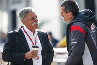 Chase Carey, Formula One Group y Guenther Steiner, Haas F1 Team