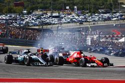 Lewis Hamilton, Mercedes AMG F1 W08, Sebastian Vettel, Ferrari SF70H startta pozisyon mücadelesinde