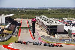 Sebastian Vettel, Ferrari SF70H, Lewis Hamilton, Mercedes AMG F1 W08, Valtteri Bottas, Mercedes AMG F1 W08, Kimi Raikkonen, Ferrari SF70H, the rest of the field at the start