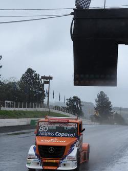 Diogo Pachenki festeja a bandeirada quadriculada da primeira vitória na Truck
