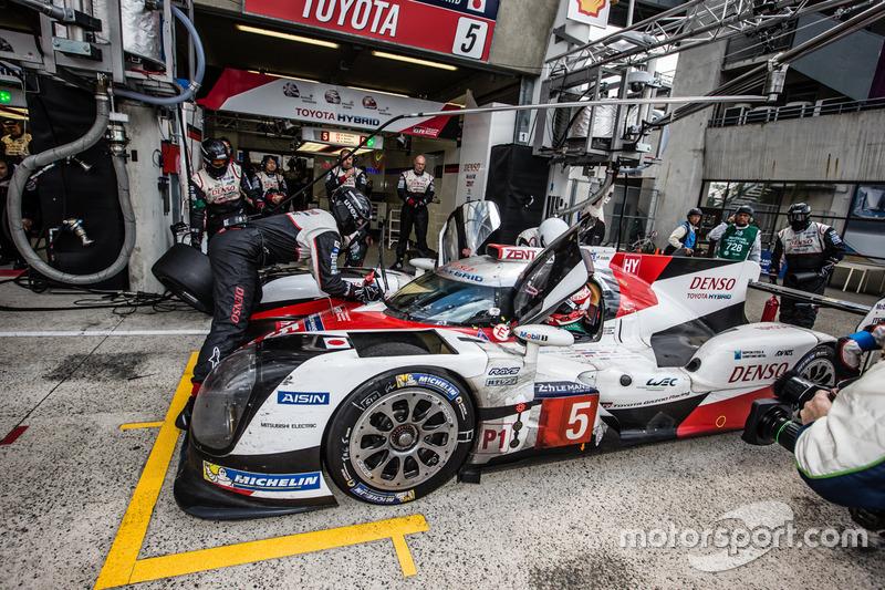 Parada en pits y el útlimo cambio de piloto #5 Toyota Racing Toyota TS050 Hybrid: Anthony Davidson,