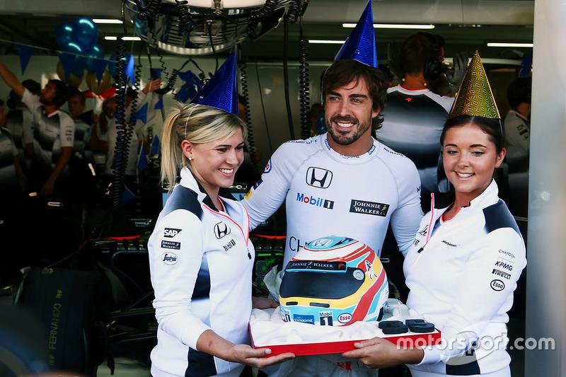 Fernando Alonso, McLaren celebra su 36 cumpleaños con un pastel y el equipo