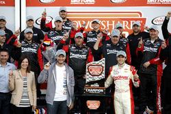 Race winner: Chase Elliott, JR Motorsports Chevrolet with Dale Earnhardt Jr. and Kelly Earnhardt