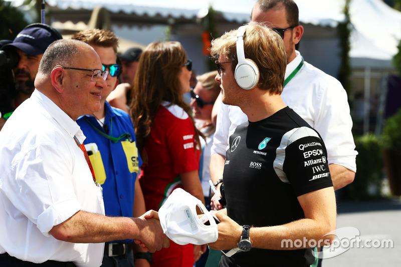 Pat Behar, FIA y Nico Rosberg, Mercedes AMG F1 en el desfile de pilotos
