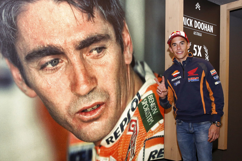 Marc Marquez, Repsol Honda Team posa con un poster Mike Doohan