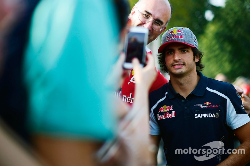 Carlos Sainz Jr., Scuderia Toro Rosso with fans