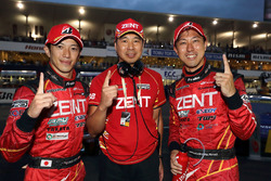 Yarış galibi #38 Team Zent Cerumo Lexus RC F: Yuji Tachikawa, Hiroaki Ishiura ve Toranosuke Takagi, Takım Direktörü Zent Cerumo