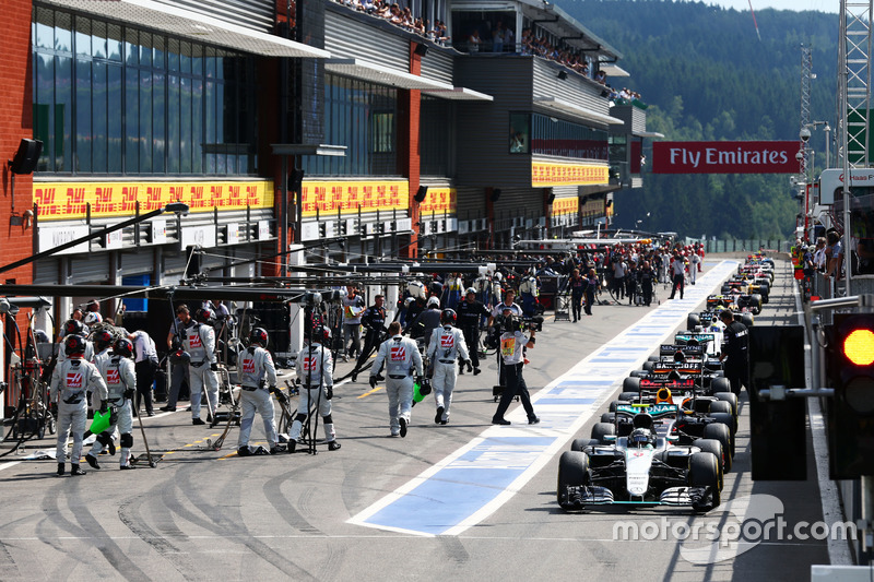 Nico Rosberg, Mercedes AMG F1 W07 Hybrid kırmızı bayrağın artından pitlerde