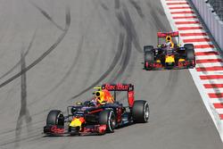 Daniil Kvyat, Red Bull Racing RB12 lidera a Daniel Ricciardo, Red Bull Racing RB12