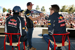 Max Verstappen, Scuderia Toro Rosso and Daniil Kvyat, Red Bull Racing shakes hands
