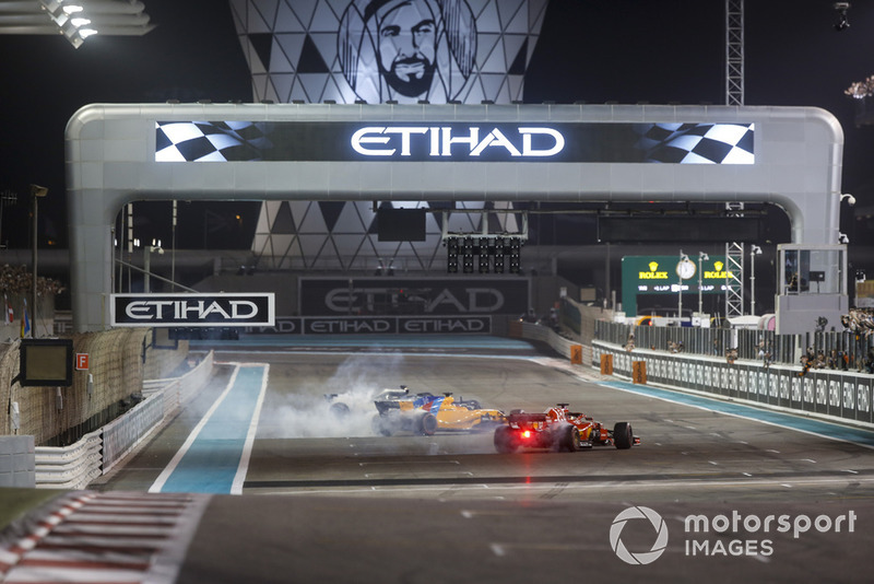 Lewis Hamilton, Mercedes-AMG F1 W09, Fernando Alonso, McLaren MCL33 y Sebastian Vettel, Ferrari SF71H hacen donas al final