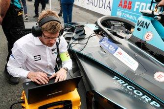 Engineers make the final checks on Stoffel Vandoorne car, HWA Racelab, VFE-05