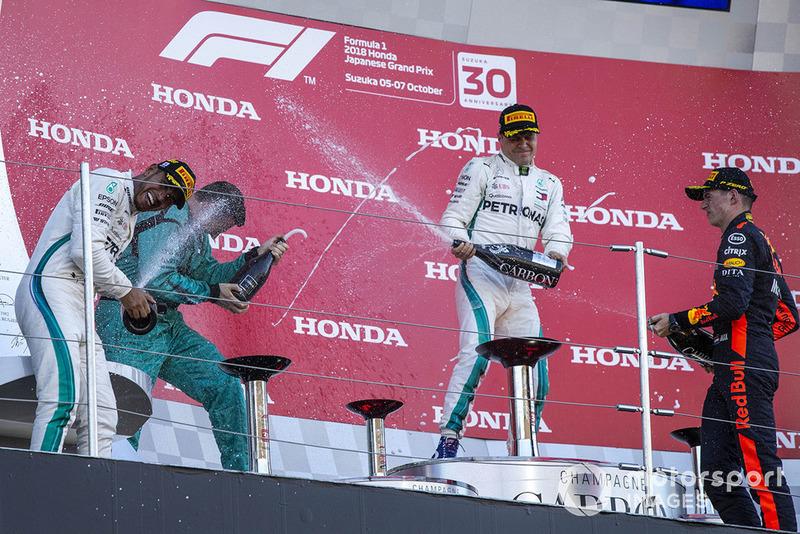 Lewis Hamilton, Mercedes AMG F1, Matt Deane, Mercedes AMG F1, Valtteri Bottas, Mercedes AMG F1, Max Verstappen, Red Bull Racing celebran