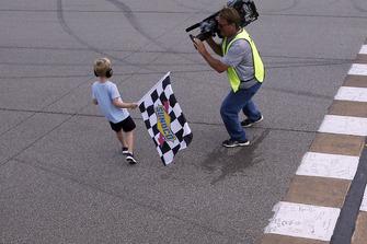 Kevin Harvick e Keelan Harvick, Stewart-Haas Racing, Ford Fusion Busch Light / Mobil 1, festeggiano la vittoria