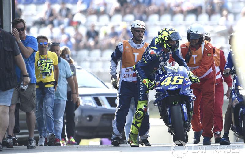 Валентино Россі, Yamaha Factory Racing, повертається до боксів після відмови мотоцикла на початку першої практики