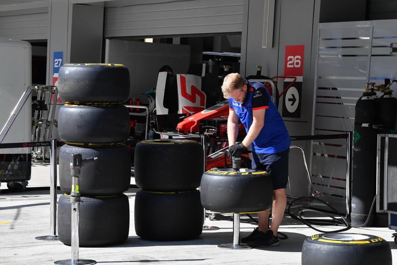 Un mécanicien Scuderia Toro Rosso et des pneus Pirelli
