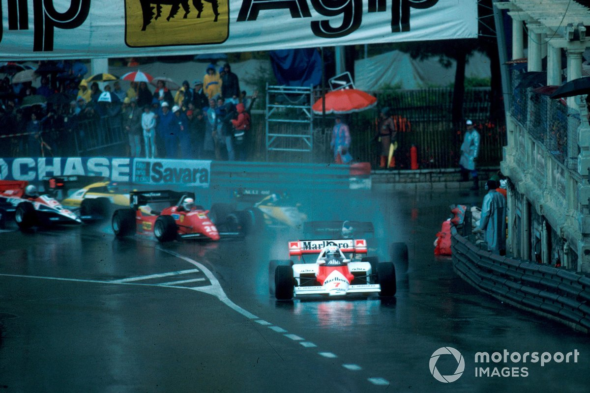 Alain Prost, McLaren MP4/2, leads the start