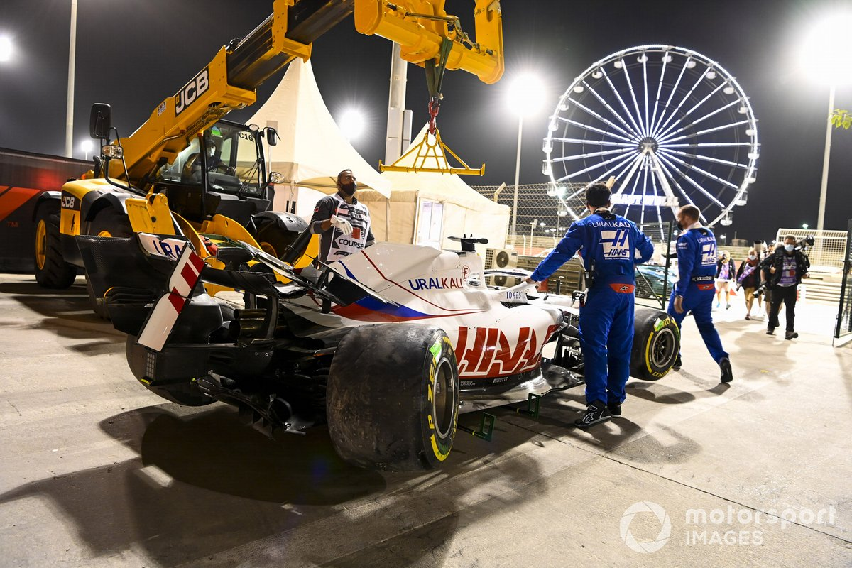 Mechanics with the damaged car of Nikita Mazepin, Haas VF-21
