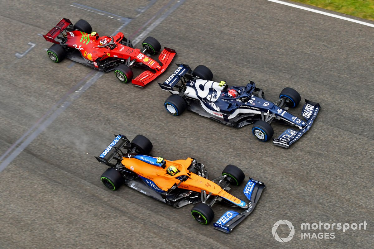 Pierre Gasly, AlphaTauri AT02, Lando Norris, McLaren MCL35M, and Carlos Sainz Jr., Ferrari SF21, at the start