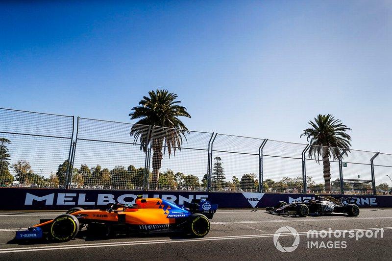 Lando Norris, McLaren MCL34, delante de Kevin Magnussen, Haas F1 Team VF-19