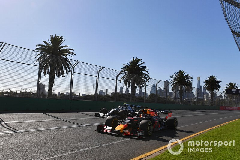 Max Verstappen, Red Bull Racing RB15, precede Valtteri Bottas, Mercedes AMG W10