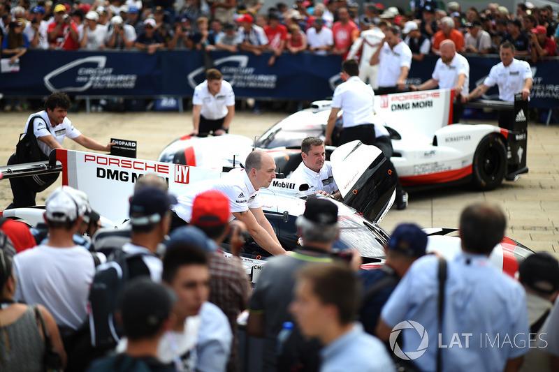 Команда Porsche Team толкает автомобиль перед технической комиссией