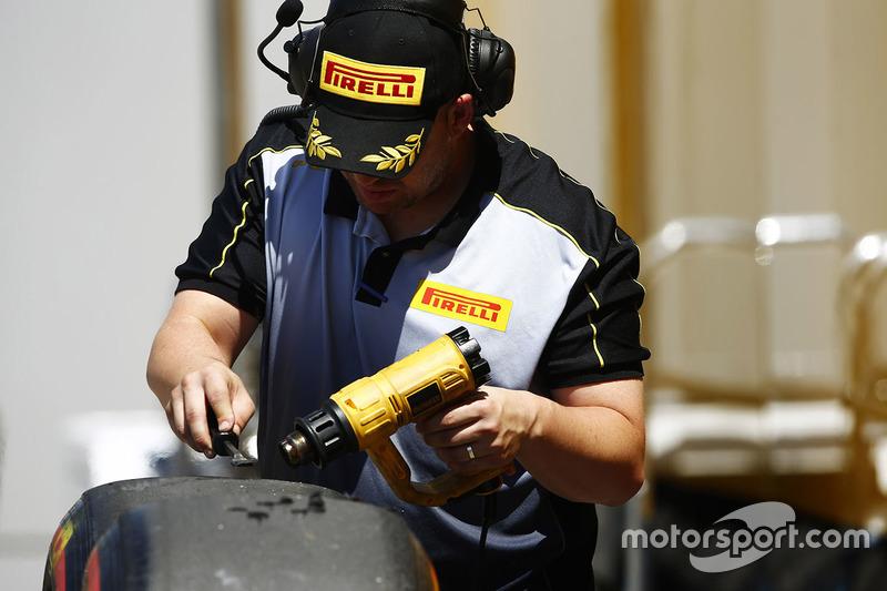 Інженер Pirelli працює із шиною Super Soft