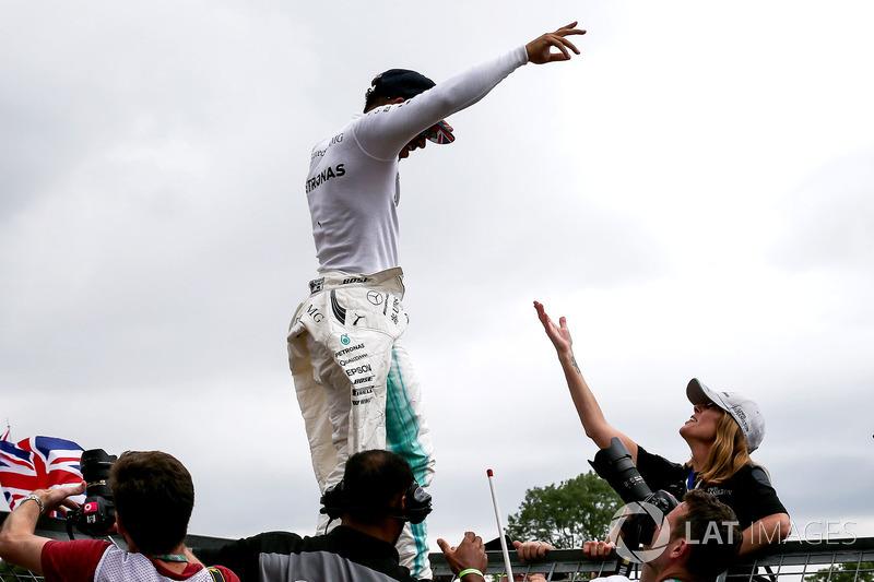 Ganador de la carrera Lewis Hamilton, de Mercedes AMG F1 celebra con los fans