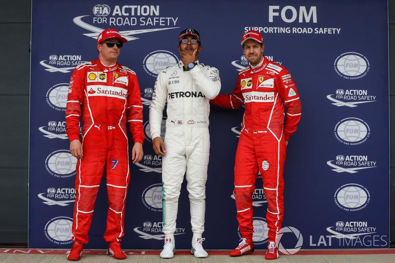 Ganador de la pole Lewis Hamilton, Mercedes AMG F1, Kimi Raikkonen, Ferrari y Sebastian Vettel, Ferr