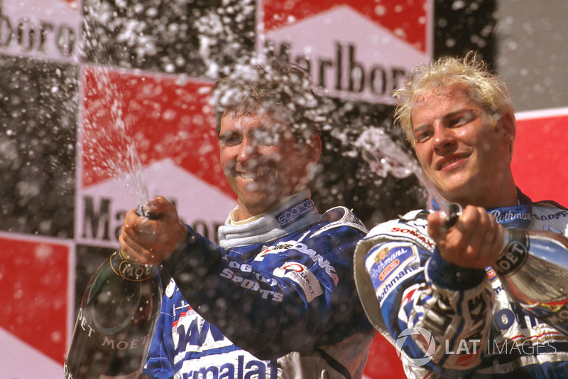 Podio: ganador de la carrera Jacques Villeneuve, Williams Renault, segundo lugar Damon Hill, Arrows