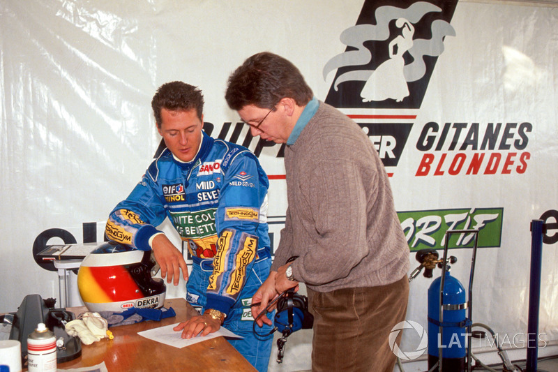 Міхаель Шумахер та технічний директор Benetton Росс Браун оцінюють продуктивність Ligier JS39B та двигуна Renault V10
