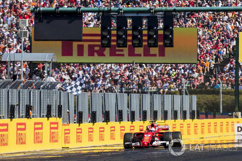Sebastian Vettel, Ferrari SF70H, se lleva la bandera a cuadros.