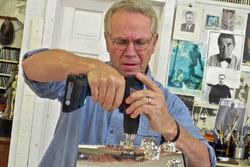 Escultor Will Behrends taladros en la base del trofeo Borg-Warner en preparación para agregar imagen