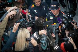 Max Verstappen, Red Bull Racing RB13 avec les médias