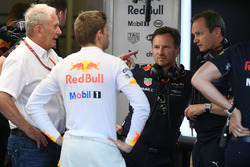 Спортивный консультант Red Bull Хельмут Марко, пилот Макс Ферстаппен, руководитель Red Bull Racing Кристиан Хорнер, и главный инженер команды Пол Монахан