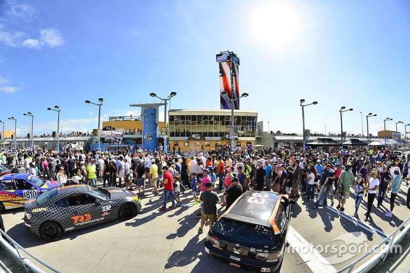 FARA USA Miami 500 Fan camina en la parrilla