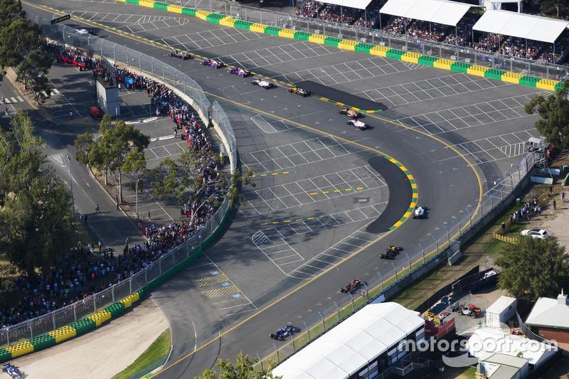 Marcus Ericsson, Sauber C36 después de chocar con Kevin Magnussen, Haas F1 Team VF-17