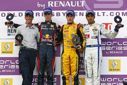 Podio: il vincitore della gara Stoffel Vandoorne, Josef Kaufmann Racing, il secondo classificato Dan