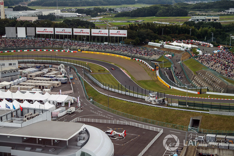 Fernando Alonso, McLaren MCL32 and view from the ferris wheel