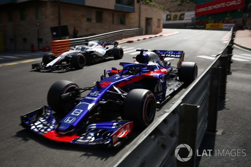Brendon Hartley, Toro Rosso STR13, passes Lance Stroll, Williams FW41