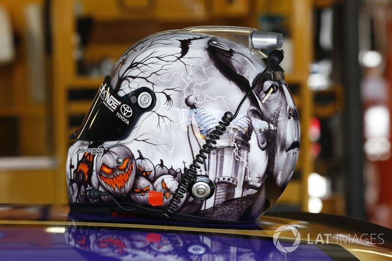 Helm von Kyle Busch, Joe Gibbs Racing