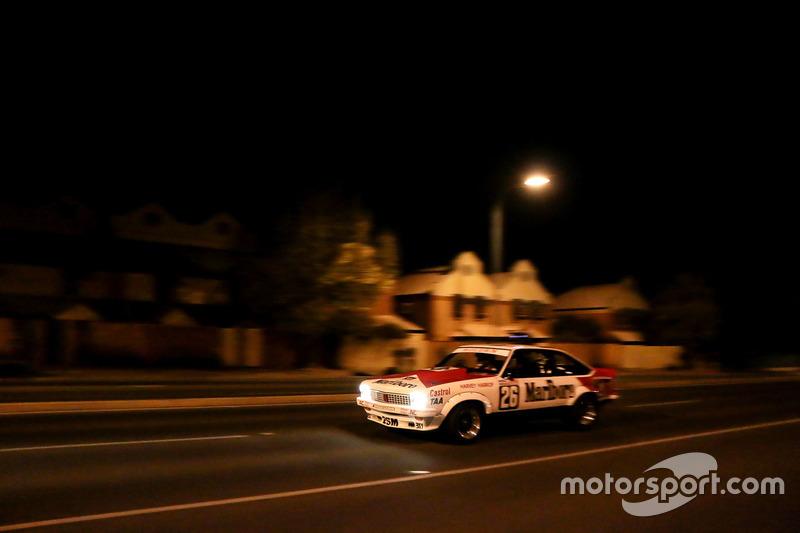 Un Holden Touring car en las calles de Adelaide