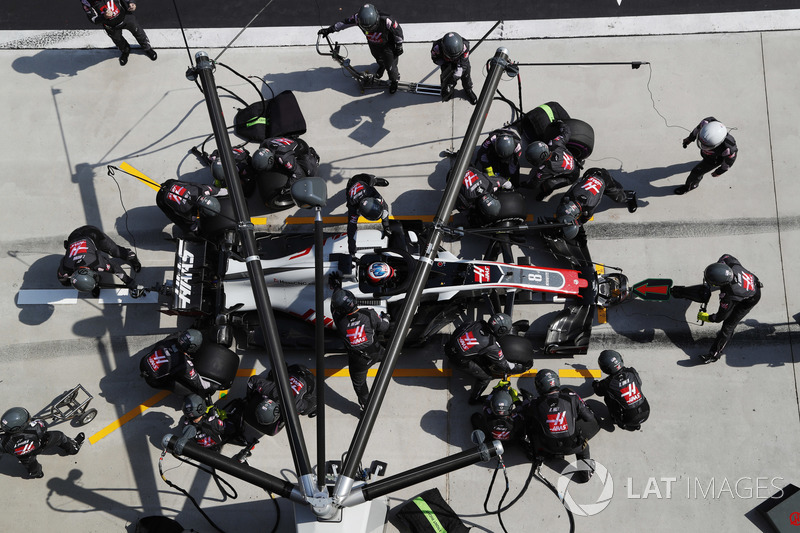 Romain Grosjean, Haas F1 Team VF-18 Ferrari, makes a pit stop