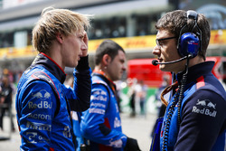 Brendon Hartley, Toro Rosso, talks to an engineer on the grid