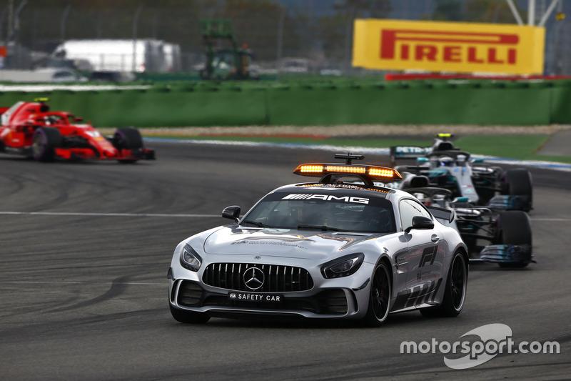 Por causa do acidente, o Safety Car foi acionado e reagrupou os carros na pista, com Hamilton já na liderança