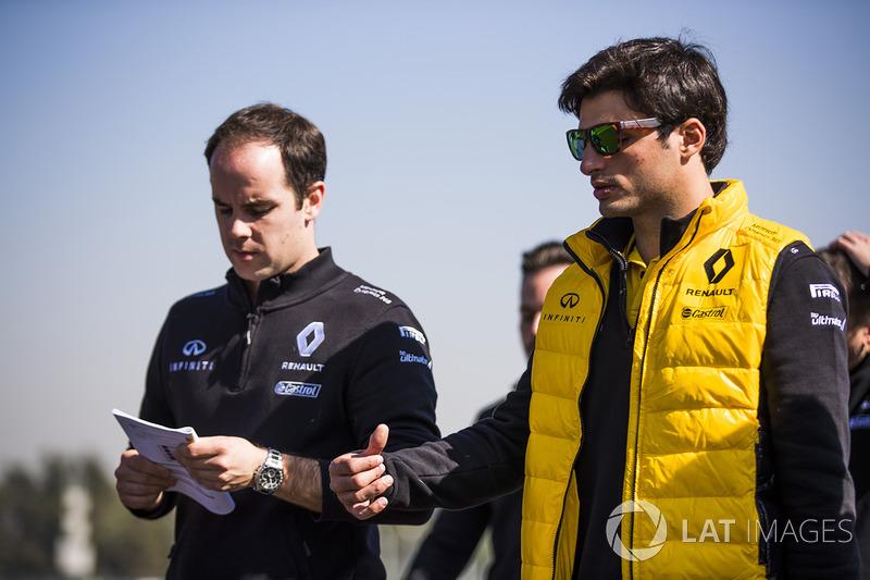 Carlos Sainz Jr., Renault Sport F1 Team camina en la pista