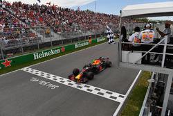 Max Verstappen, Red Bull Racing RB14 llega a la bandera a cuadros ondeada por Winnnie Harlow