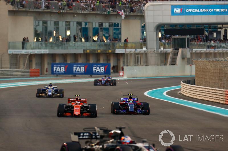 Stoffel Vandoorne, McLaren MCL32, battles, Pierre Gasly, Scuderia Toro Rosso STR12